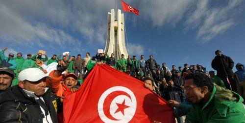 173358_3_096b_des-tunisiens-manifestent-devant-la-mairie-de-tu_70766c3affc237aae2a01a65c9bb1c81