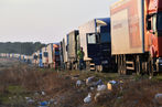 4841609_7_c0ad_une-file-de-camions-a-la-frontiere-entre_05d03320260ffc3789ece3d8cdad333f