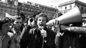 Daniel Cohn-Bendit, étudiant anarchiste à l'université de Nanterre et un des leaders d'extrême gauche du mouvement étudiant de 1968, prend la parole à Paris le 13 mai 1968 lors de la grande manifestation unitaire organisée par la CGT, la CFDT, FO et la FEN, qui ont également lancé un mot d'ordre de grève générale. Daniel Cohn-Bendit, an anarchist student and a 1968 student movement far leftist leader, holds a rally 13 May 1968 at the peak of the student movement, during the unitarian demonstration organized by the French workers unions CGT, the CFDT, FO and the FEN which also calls for a general strike.