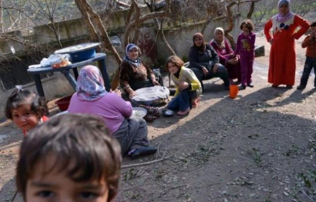 648x415_refugies-syriens-fui-maisons-cachent-pres-darkush-syrie-25-janvier-2013