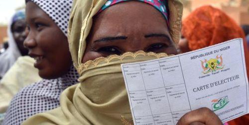 alemonde195858_3_6f1e_une-femme-fait-la-queue-devant-un-bureau-de-vote_94ae2dbb08e4a51c9d6449fdbf2ab9f9