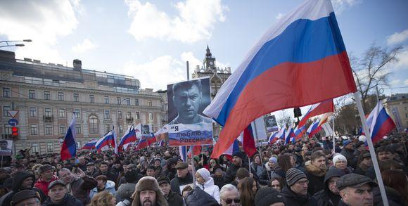 alemonde200037_3_453f_des-manifestants-brandisssent-des-drapeaux-russe_77c4570e08a601e380797dafd1bfbd22