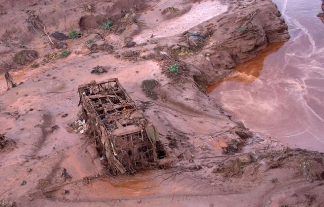 alemonde648x415_la-coulee-de-boue-qui-a-ravage-le-village-de-bento-rodrigues-le-5-novembre-2015-a-contamine-les-eaux