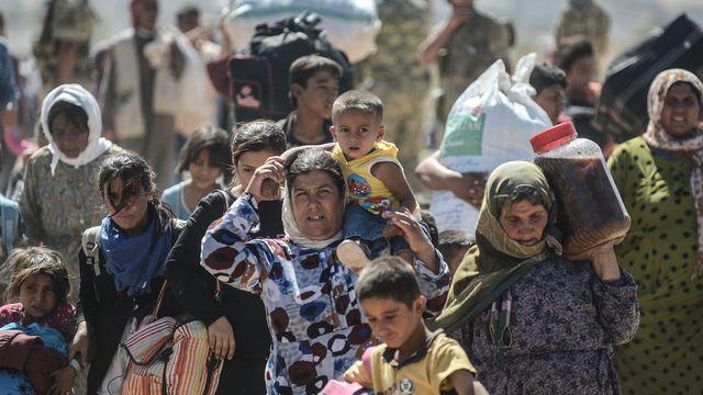 asyriensa-frontiere-pres-de-la-ville-de-suruc-pour-aller-en-turquie-le-20-septembre-2014-fuyant-l-avancee-des-jihadistes-du-groupe-etat-islamique_5080152