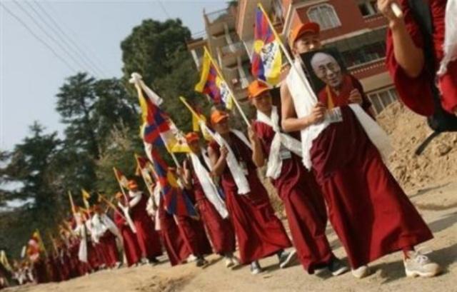 648x415_moines-bouddhistes-tibetains-exil-commemorent-49e-anniversaire-depart-force-dalai-lama-10-mars-2008-dharamsala-inde