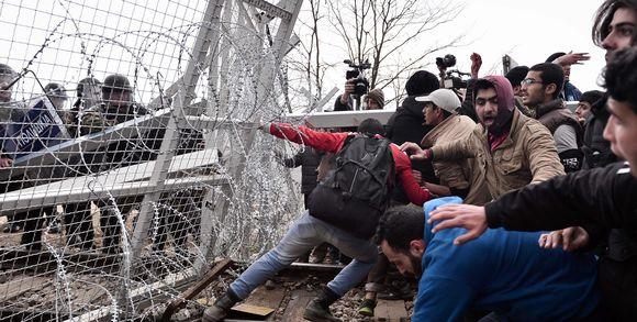 ale monde200918_3_e140_les-migrants-tentent-de-briser-une-barri-re-la-f_dbe536a5032f212fccd6fa96e49756b7