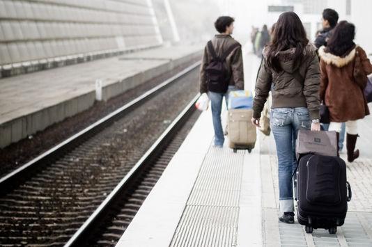ale Monde4878105_6_b8ea_des-etudiants-remontent-un-quai-de-la-gare-de_e54c32c64296f7cd5f938ffe6aeb228c