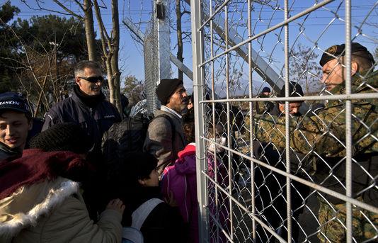 alemonde migrants4850646_6_14d8_des-yezidis-traversent-la-frontiere-entre-la_cf55928878ea944956447077c7b30e1c