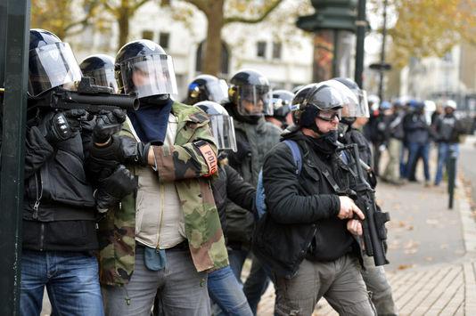 alemonde4882120_6_f4d4_des-policiers-armes-de-flash-ball-durant-une_6b1ba80faf8c22265674f0c629df8884