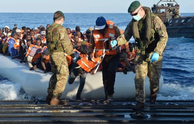 amigrants-debarquent-d-un-navire-qui-vient-de-traverser-la-mediterranee-mercredi-13-mai-2015