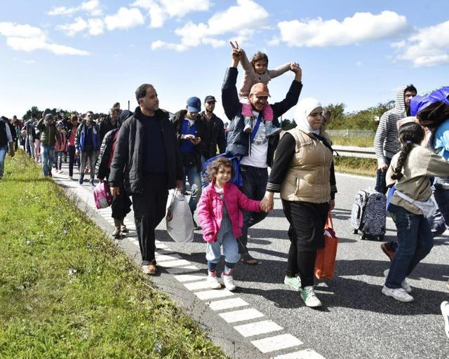 ©BAX LINDHARDT/EPA/MAXPPP - epa04918403 A large group of migrants, mainly from Syria, walk on the highway moving to the north 07 September 2015 in Denmark. The migrants want to reach Sweden to seek asylum there. Some of the migrants arriving in central Europe continue to other countries, as local authorities across the continent are trying to accommodate the rising tide of refugees.  EPA/BAX LINDHARDT DENMARK OUT