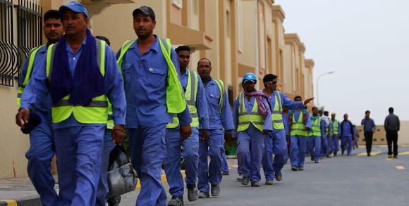 221449_3_d381_des-ouvriers-trangers-travaillant-la-constructio_393d4bedccbefc5ba250686b69efd662