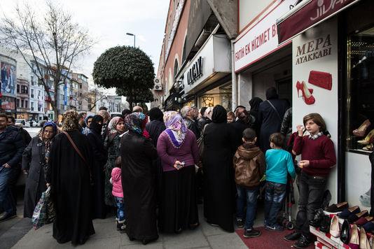 4899707_6_b196_des-refugies-syriens-font-la-queue-pour-une_a1c7801b6aabbc82a7e84b5ada321c0f