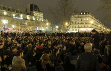Nuit debout ParisPlusieurs-centaines-de-manifestants-etaient-reunis-dimanche-soir-sur-la-place-de-la-Republique-a-Paris-a-l-appel-du-collectif-Nuit-Debout_pics_390