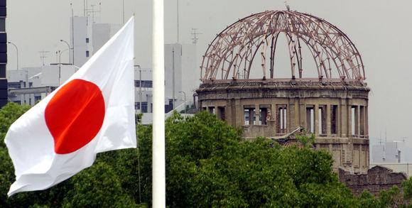 270719_3_b062_le-drapeau-japonais-en-berne-avec-en-arri-re-pla_2334c276291cea48fd3ac64429407d84