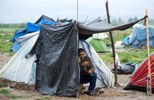 4911289_6_16fa_un-migrant-sous-un-abris-de-fortune-pres-de-la_75d1fa24dfc502f33071487e4fd8e513