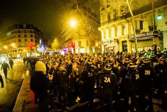 4911312_6_d8a8_les-crs-et-gendarmes-mobiles-escortent-des_a047b0c9fe9f39ef369fde7062f35db2