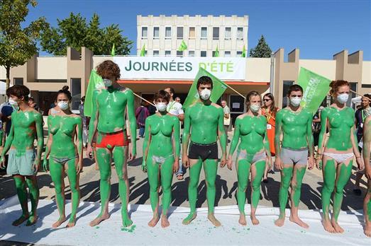 EELV-JE-Poitiers-des-jeunes-ecologistes-realisant-une-perfo