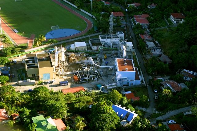 Vue aérienne des installations de la centrale géothermique du site de Bouillante (Bouillante, Guadeloupe, 2003).