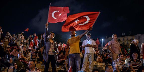 319424_3_c579_des-manifestants-agitent-des-drapeaux-turcs-sur_ae32631bc30c2c40c69b86f87ec65d1b