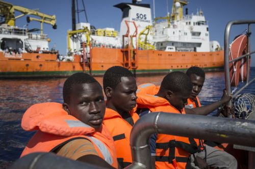 4964420_6_cb75_des-migrants-secourus-par-l-equipage-de_318e422940fa502a0e1d0888698f616d