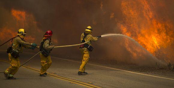 327845_3_c3a7_des-pompiers-combattent-les-flammes-sant-clarita_d6c52a3d4b84237aab0c56f5a29387d8