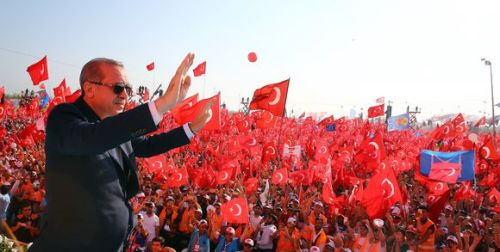 330121_3_d3c8_recep-tayyip-erdogan-face-la-foule-istanbul-le-7_2584061a097eae8ba1c84c3faef54073