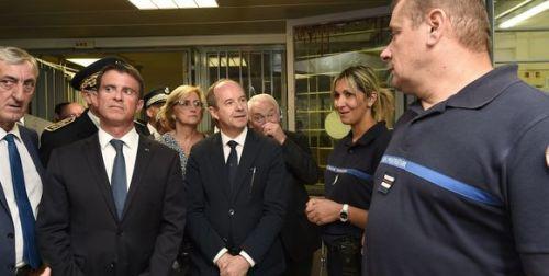 330747_3_771a_le-premier-ministre-manuel-valls-et-le-ministre_0b052264afbdf02f2e2cb8843be80bd0