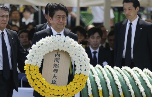 648x415_premier-ministre-nippon-shinzo-abe-porte-couronne-fleurs-lors-commemorations-70e-anniversaire-bombardement-nagasaki-americains