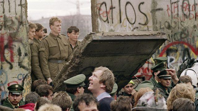 ant-le-mur-de-berlin-le-11-novembre-1989-regardant-des-gardes-frontiere-est-allemands-ouvrant-une-breche-dans-l-ouvrage-pres-de-la-potsdamer-platz_5145667