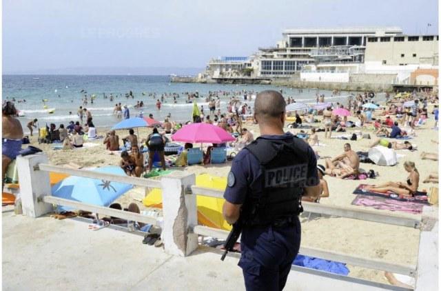 en-raison-de-la-menace-terroriste-les-vacanciers-ont-du-s-habituer-a-vivre-avec-la-presence-policiere-sur-les-plages-du-littoral-francais-comme-ici-a-marseille-et-a-paris-photo-a