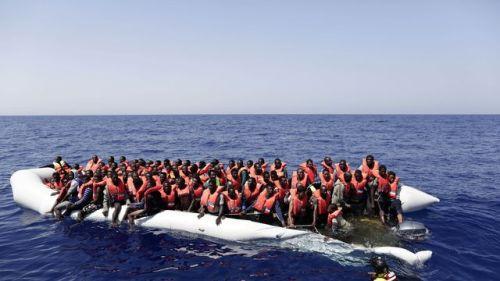 image-fournie-par-la-croix-rouge-italienne-de-migrants-secourus-au-large-de-la-libye-le-18-aout-2016_5659643
