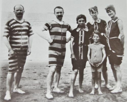 Hommes ou femmes, il fallait beaucoup d'étoffes pour les maillots de bain vers 1900. En 2012, un progrès faramineux, une simple ficelle suffit!