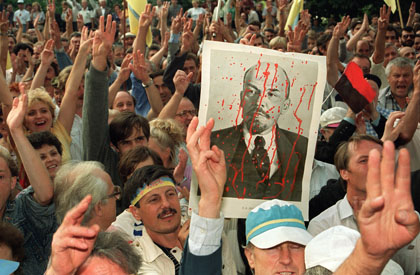 Ukranians demonstrate in front of the Communist Party's central committee headquarters, 25 August 1991, in Kiev, after the Soviet republic declared its independence.