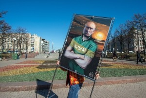 affiche-president-russe-avec-inscription-crimee-shirt-occasion-celebrations-annexion-crimee-16-mars-2015-moscou_0_730_404