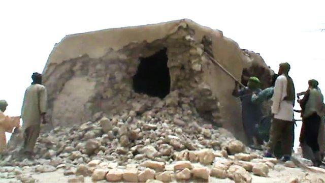 capture-d-ecran-de-militants-islamistes-detruisant-un-ancien-sanctuaire-a-tombouctou-le-1er-juillet-2012_5550893