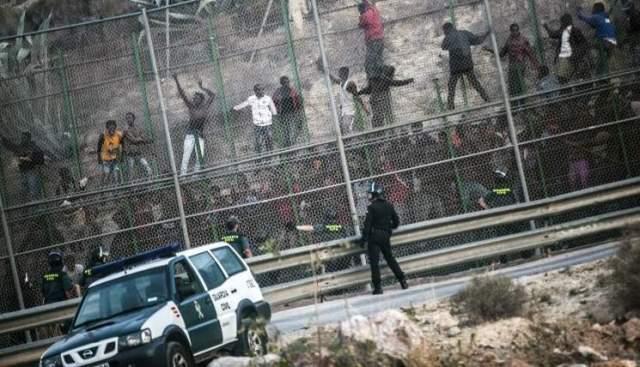 immigrants_jump_border_fences_in_melilla