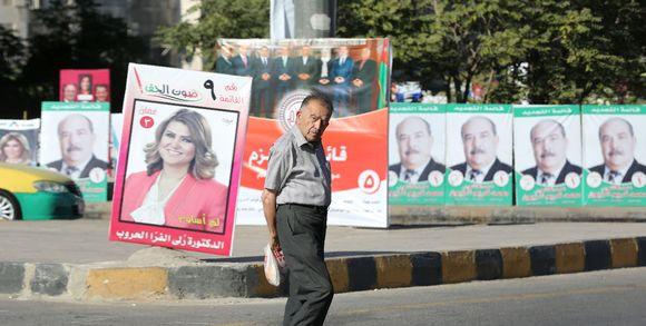 jordanie_un-homme-passe-devant-des-affiches-de-campagne-p_5fd48824d693edcc370876616d4afc83