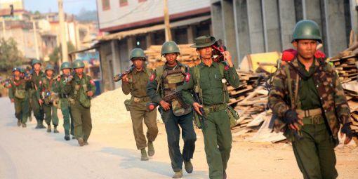 Soldats-birmans-en-patrouille-dans-ville-birmane-Laoga