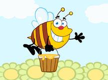 vol-de-sourire-d-abeille-avec-un-seau-de-miel-et-ondulation-pour-saluer-au-dessus-des-fleurs-30282443