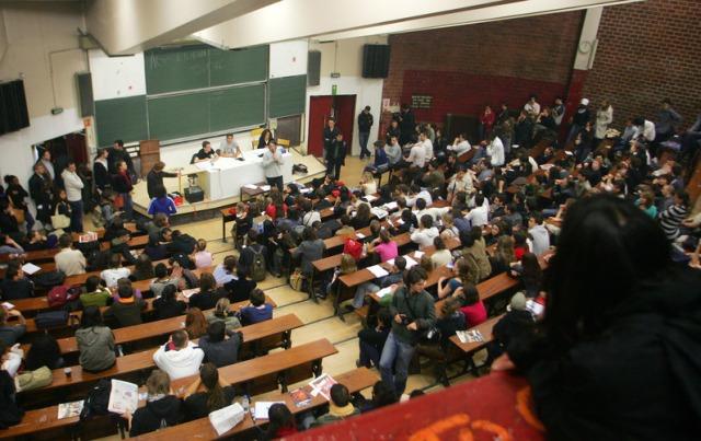 Des étudiants participent à une assemblée générale (AG) étudiante, le 09 Mai 2007, dans un amphithéâtre au site de Tolbiac (Paris I) à Paris pour lancer une mobilisation contre le projet de réforme de l'université du président élu Nicolas Sarkozy. Deux petites assemblées générales se sont tenues ce jour à la Sorbonne et à Tolbiac. AFP PHOTO JACQUES DEMARTHON