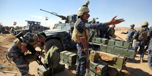 mossoul382868_3_e164_des-policiers-irakiens-inspectent-leurs-armes-su_582bc468d7ec47b8eb63e4757aa6189d