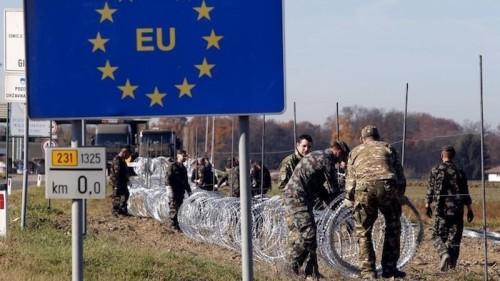 Slovenian soldiers set up wire barriers in the village Gibina, Slovenia, November 11, 2015. REUTERS/Srdjan Zivulovic