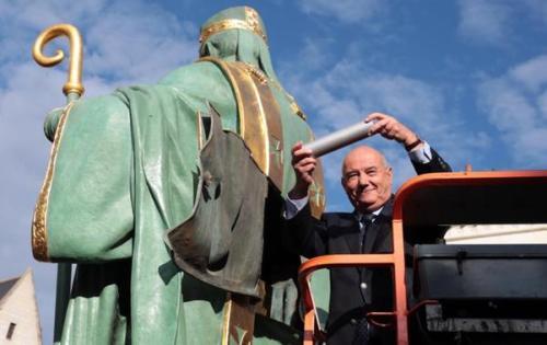 15 octobre 2016 Tours : cérémonie de remontée de la statue de Saint Martin au-dessus du dome de la basilique. le maire de Tours, Serge BABARY, a placé une relique et une plaque commémorative dans la statue Photo : Hugues Le Guellec