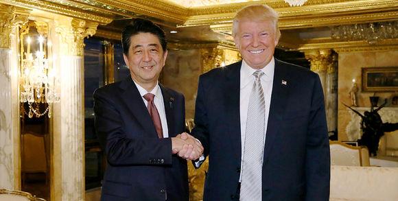 405677_3_0c91_le-premier-ministre-japonais-shinzo-abe-serrant_30ed44dcf1b543918332dd7964c28ba7