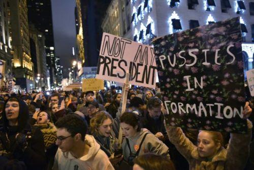 963607-des-opposants-au-nouveau-president-elu-donald-trump-manifestent-sur-la-5e-avenue-a-new-york-le-9-nov