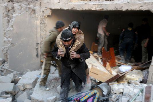 alep_un-syrien-evacue-une-femme-prise-au-piege_e57f3b5442aae7f03c2e06f5ee1f0165