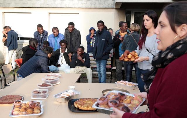 1 er novembre 2016    Saint Pierre Des Corps : Les migrants hébergés au foyer ont reçu des dons et du réconfort de la part d'un groupe de soutien qui s'est constitué sur Facebook.    Photo : Hugues Le Guellec