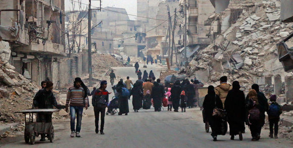 423216_3_5525_des-civils-syriens-sont-en-train-de-fuir-le-quar_0df9e6fdc9a7abd033329e8335ae89e6