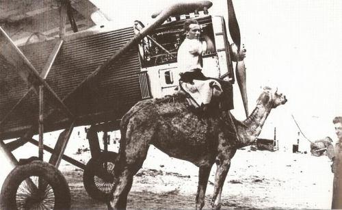 histoirejean-mermoz-repare-un-moteur